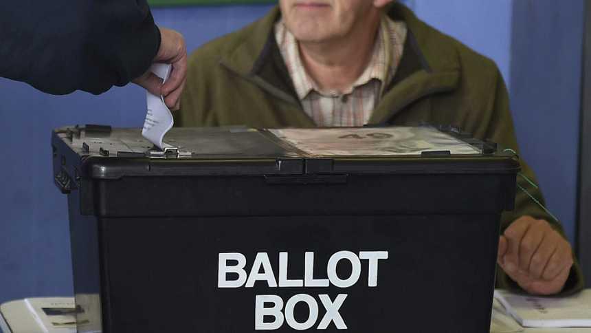 El sistema electoral británico obliga a los candidatos a pelear sus apoyos puerta por puerta