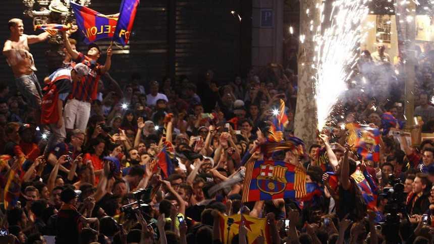 Unos 10.000 culés celebran en Canaletas el título de Copa
