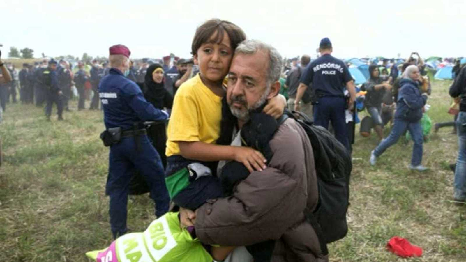 Resultado de imagen de zancadilla a un inmigrantes