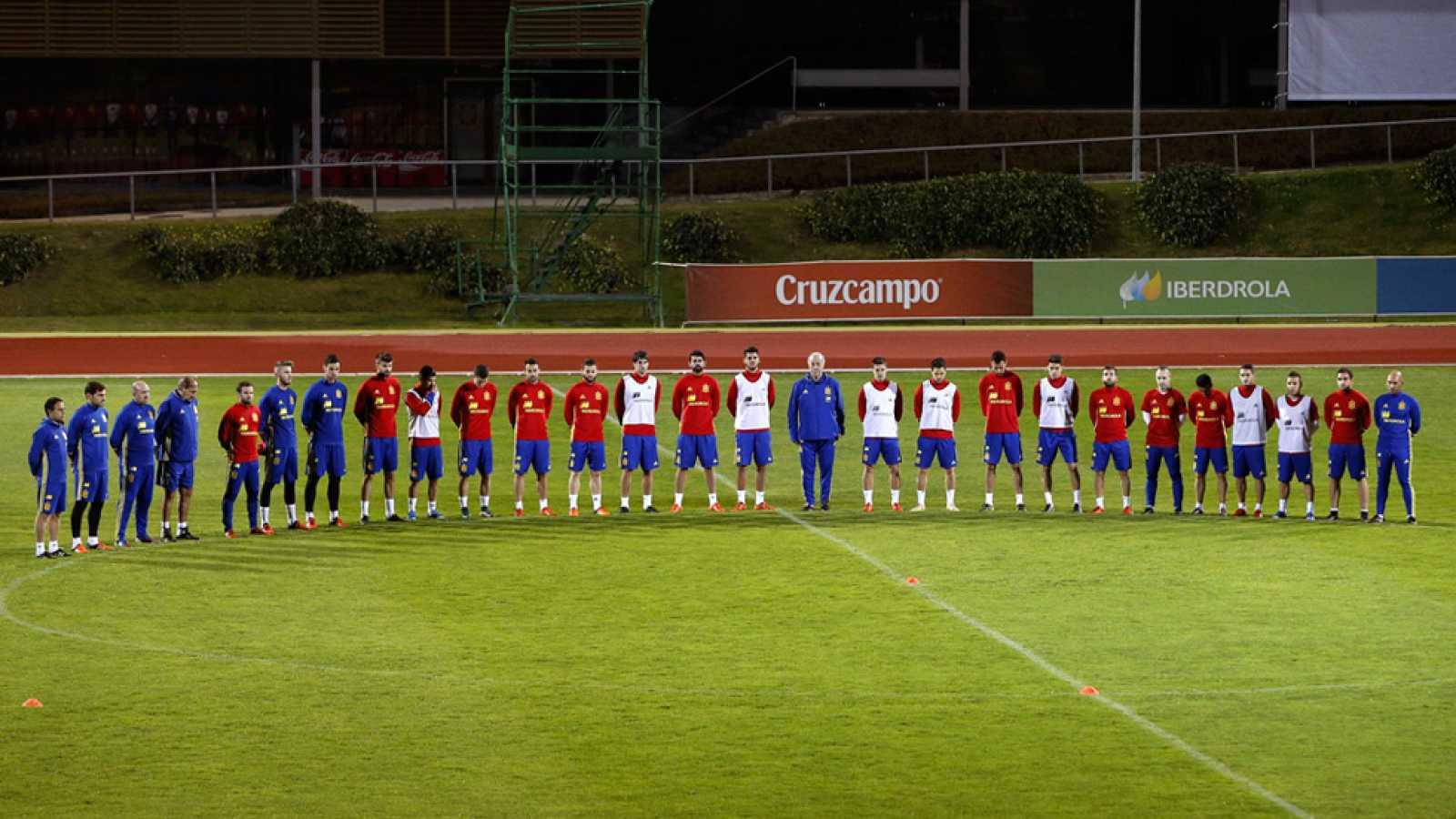La selección guarda un minuto de silencio en el entrenamiento - RTVE.es