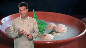 Sopa de albóndigas con hierbabuena