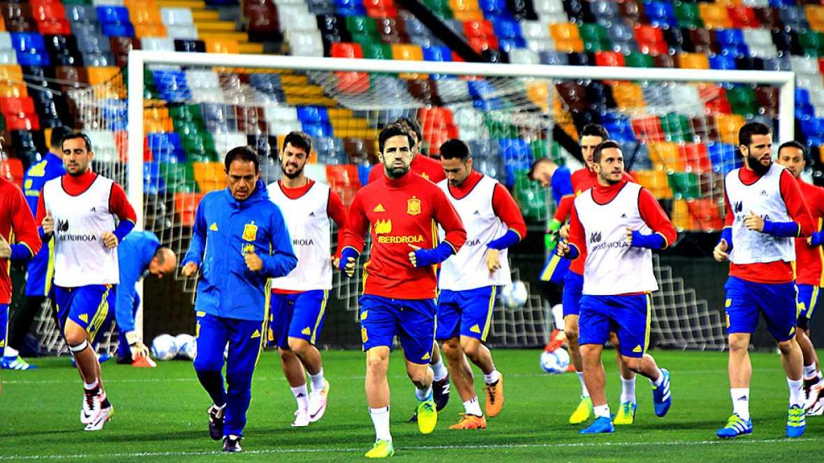 Vicente del Bosque y sus chicos han podido pisar el césped del estadio Friuli bajo unas medidas especiales de seguridad.