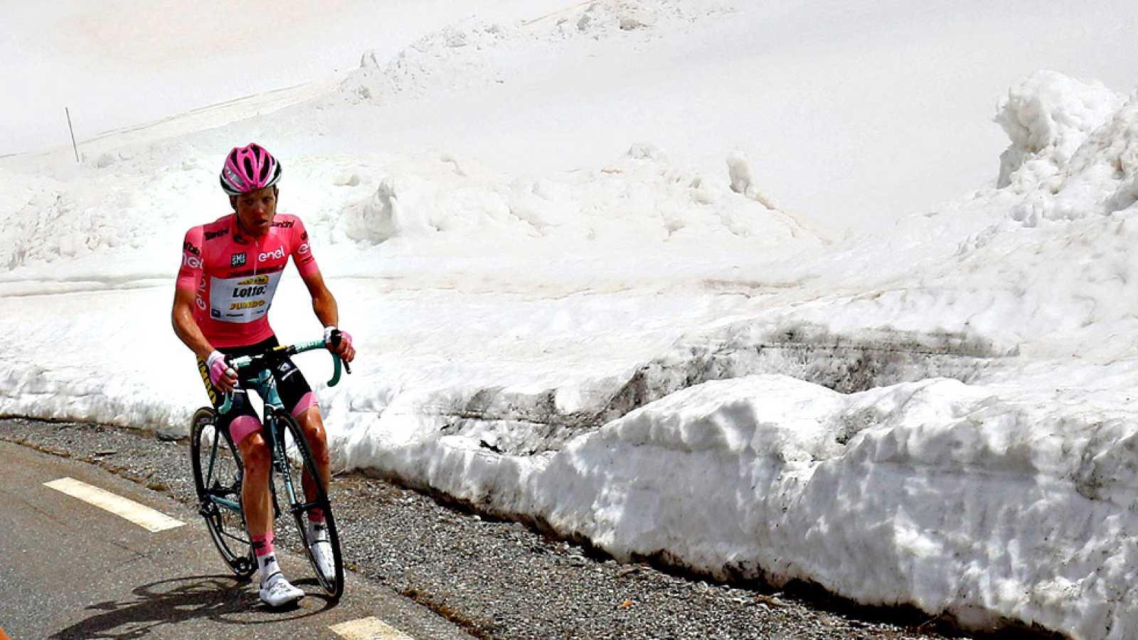 El holandés Steven Kruijswijk (Lotto Jumbo), líder del Giro, ha sufrido una aparatosa caída en el descenso del Col del Agnello, en el transcurso de la decimonovena etapa, aunque la maglia rosa no ha sufrido daños importantes y sigue en carrera. En la