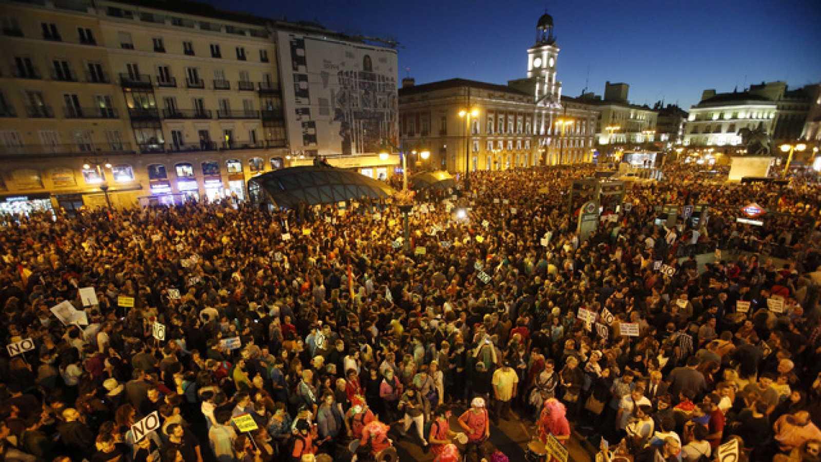 La manifestaci n 39 rodea el congreso 39 re ne a 70 colectivos y miles de personas hasta la puerta - Como llegar a la puerta del sol ...