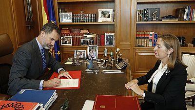 Pastor comunica la investidura de Rajoy al rey, que firma el nombramiento del presidente