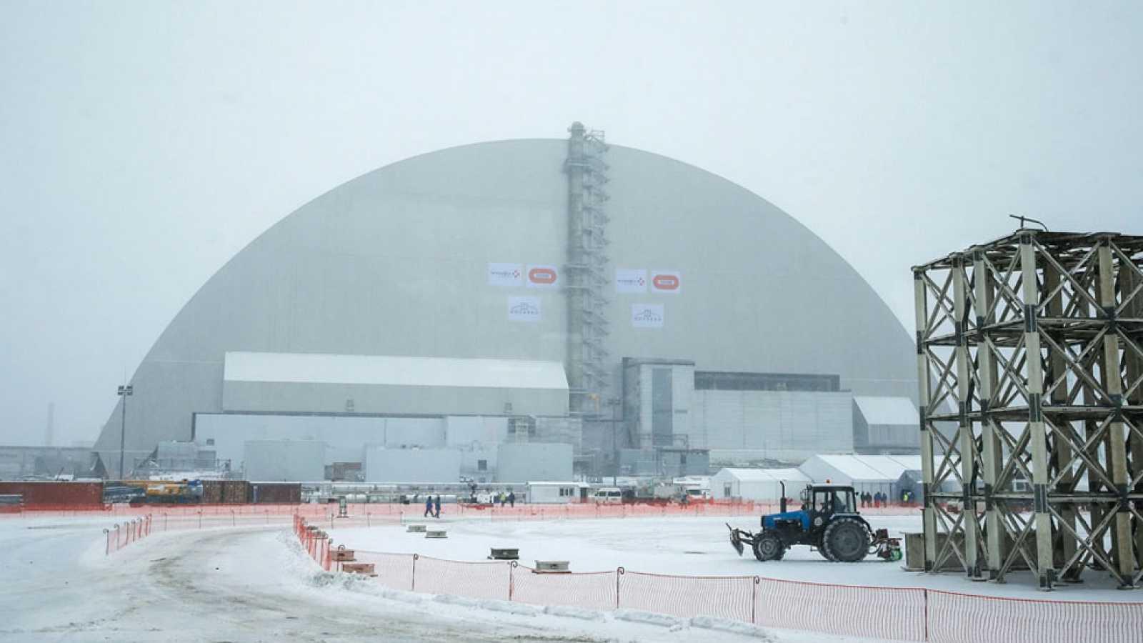Un nuevo sárcofago cubre el reactor de Chernóbil 30 años después de ...