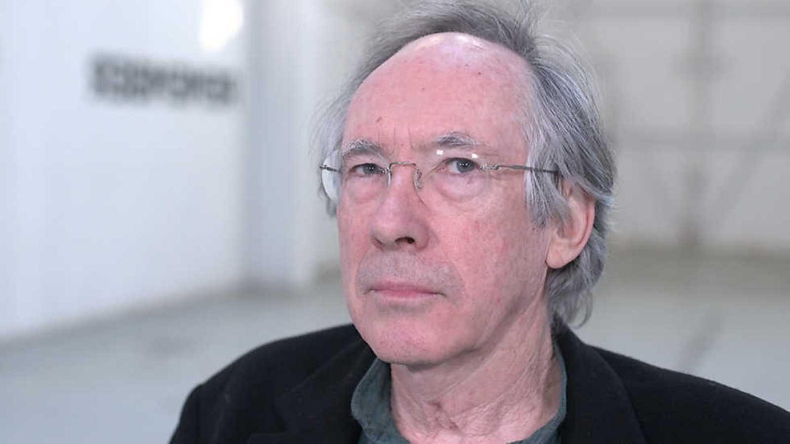 """""""Cáscara de nuez"""", del gran escritor británico Ian McEwan, es una novela original y arriesgada"""