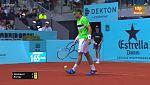 El árbitro Mohamed Layani para el Ferrer-Nishikori mientras se cubre la pista