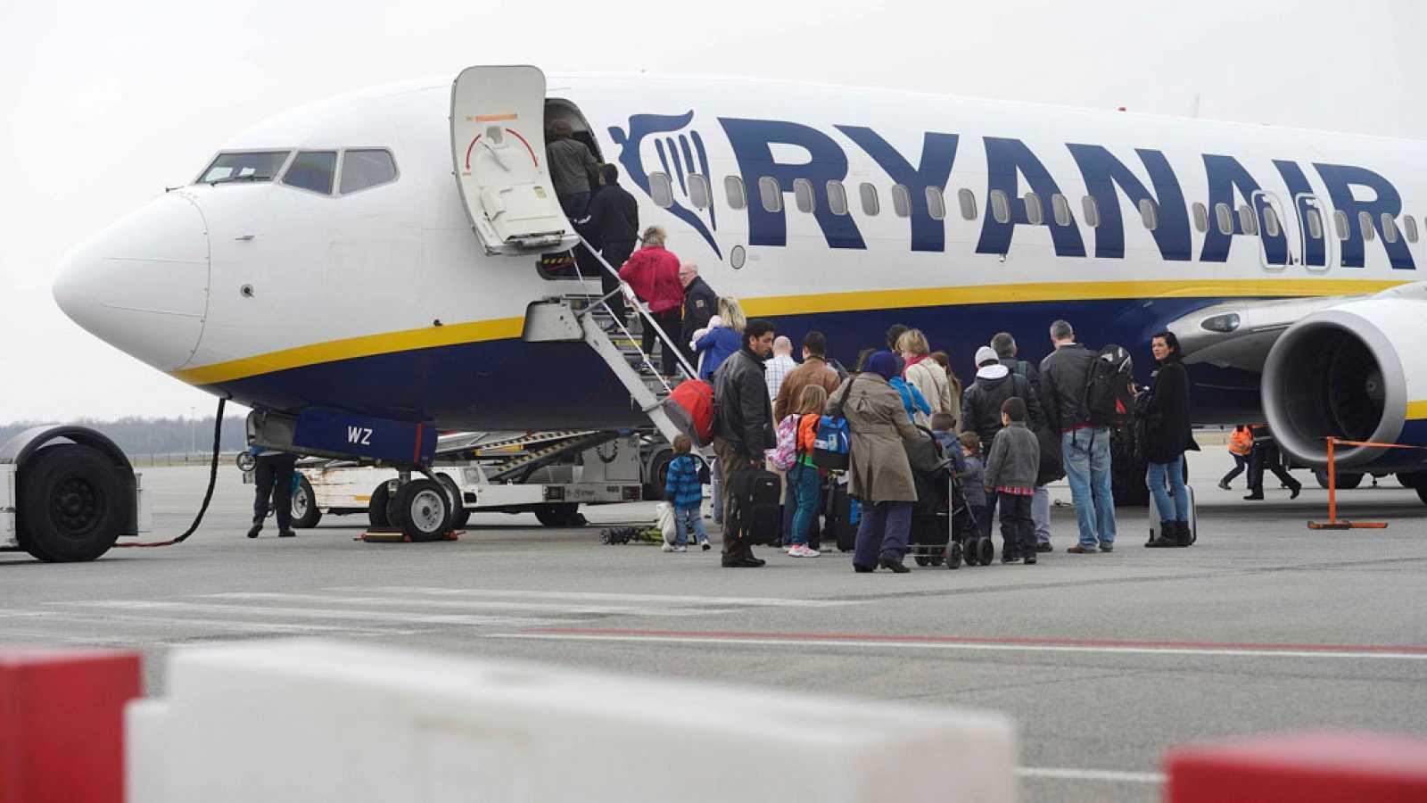 f36dd4b09 Para todos los públicos Ryanair cobrará por llevar la maleta de cabina  arriba en el avión reproducir video