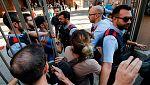 Los Mossos acuden a cerrar los colegios del 1-O, donde acampan grupos de padres con sus hijos