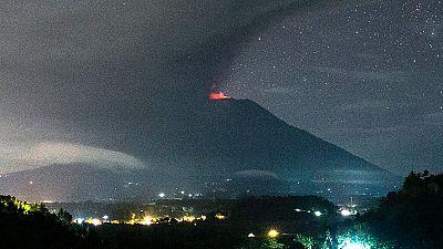 Elevan la alerta para la aviación al nivel máximo en Bali por la erupción del volcán Agung
