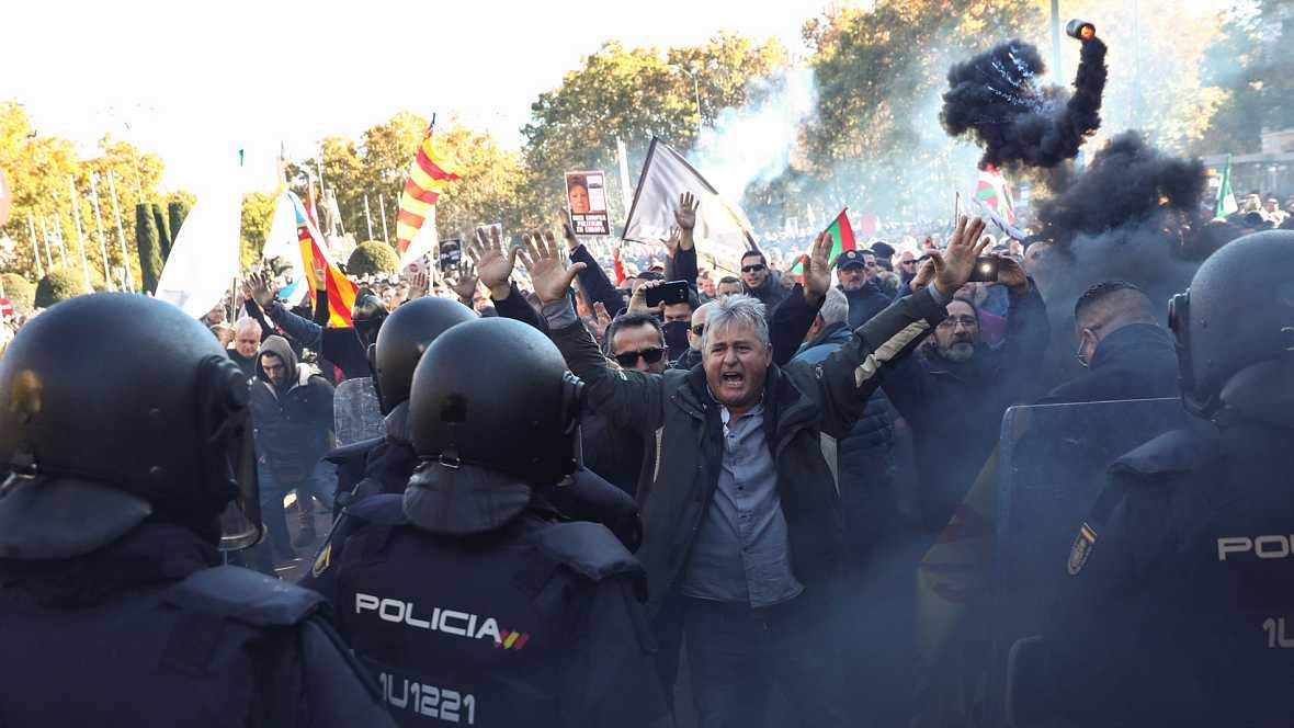 """Los taxistas secundan la huelga de forma """"masiva"""" y protestan en Madrid contra las VTC"""