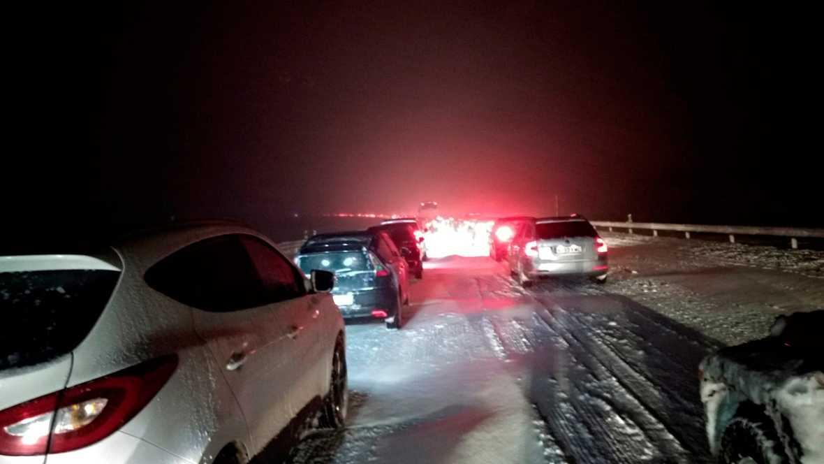 Image result for Cientos de familias atrapadas desde ayer en la AP-6 por el temporal de nieve