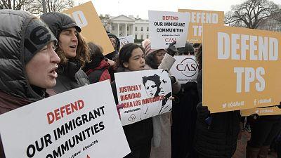 Trump revoca el permiso de residencia a más de 195.000 salvadoreños, que tienen 18 meses para abandonar el país