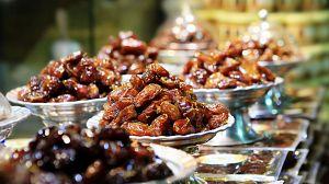 Comida al descubierto: Dátiles, carne procesada y manzanas..