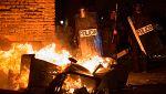 Disturbios y quema de contenedores en Lavapiés por la muerte de un vendedor ambulante durante una redada policial