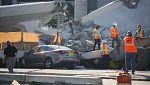 El equipo de rescate trabaja bajo el puente de Miami, cuyo derrumbe ha dejado al menos seis muertos