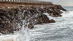 Viento fuerte con rachas muy fuertes en Pirineos, Ampurdán, Canarias y este de Baleares. Intervalos de viento fuerte en el bajo y medio Ebro y sistemas Central e Ibérico. Heladas fuertes en Pirineos