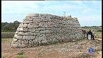 Els grafits no han arribat a la pedra de la Naveta des Tudons