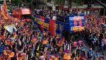 El Barça celebra el doblete con una rúa por Barcelona