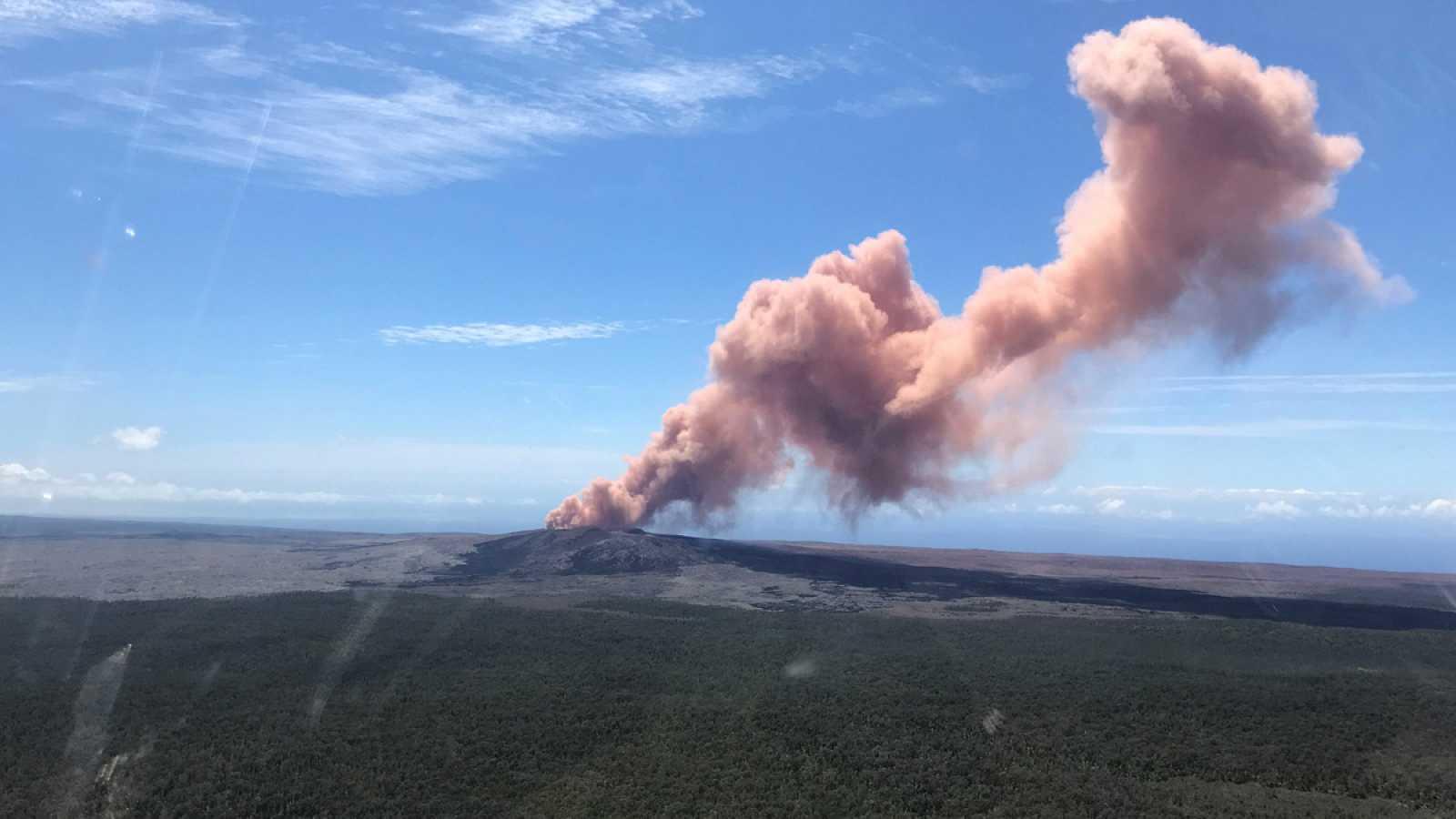 Un temblor de 6,9 grados sacude la zona del volcán hawaiano Kilauea en erupción