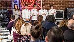 MasterChef 6 - Los jueces se colocan las chaquetillas para ayudar en el cocinado