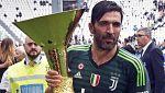 Buffon se despide de la Juventus celebrando el 'scudetto'