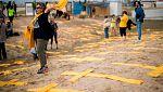 Independentistas sortean la prohibición de colocar cruces amarillas de madera en la playa de Mataró con bufandas