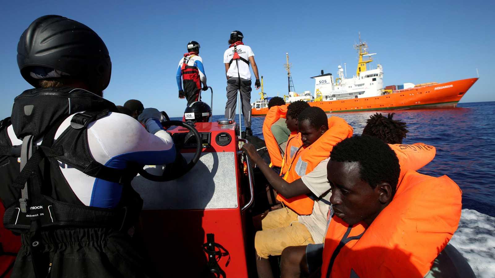 Resultado de imagen de Pedro Sánchez da orden de acoger al barco 'Aquarius' en Valencia