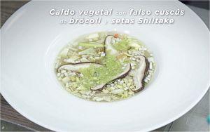 Caldo vegetal con falso cuscús de brócoli y setas shiitake