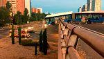 Un autobús lanzadera del Mad Cool sin pasajeros queda suspendido de un puente