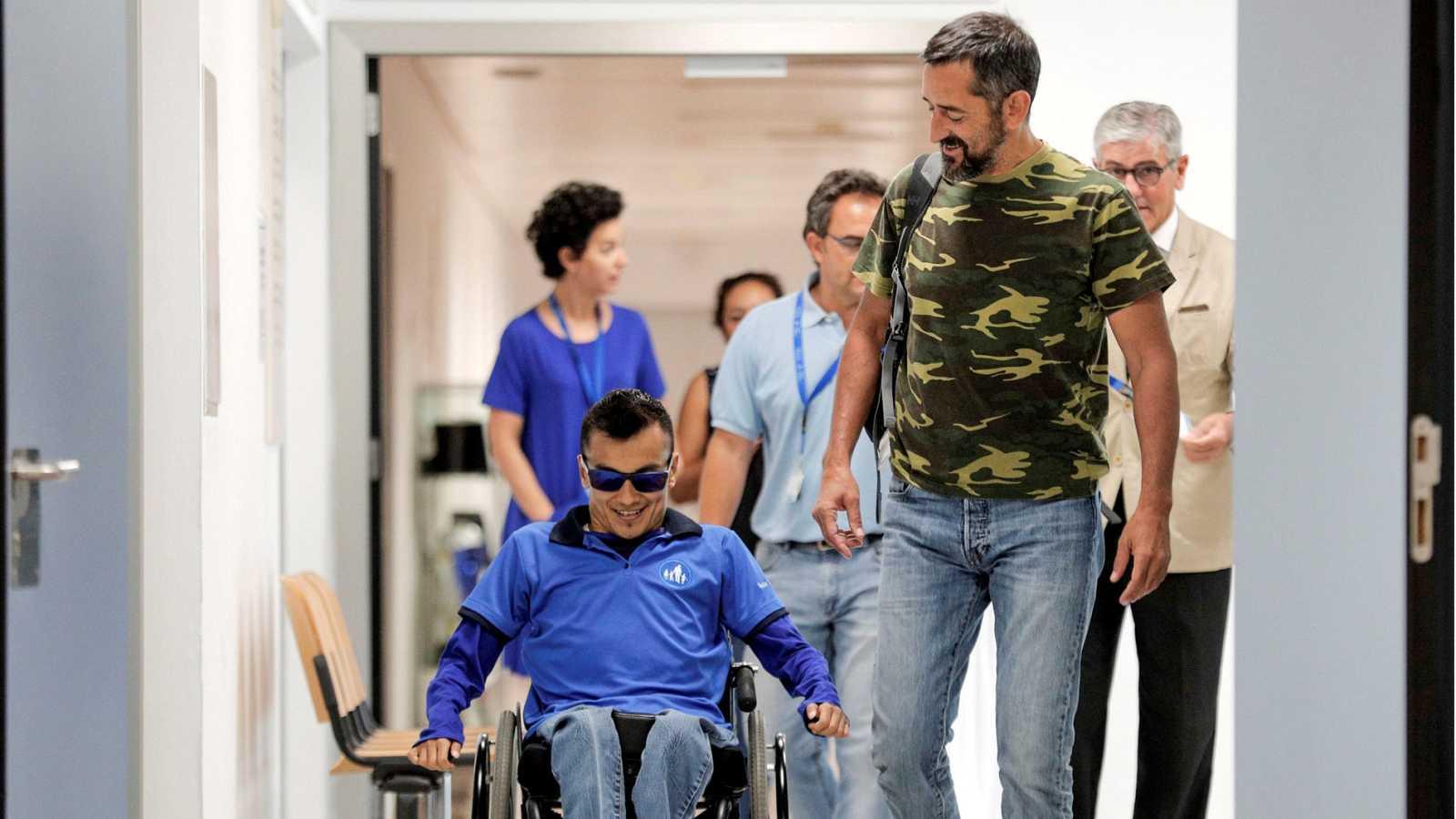 """Resultado de imagen de Un cirujano español reconstruye toda la columna vertebral a un joven """"partido en dos"""""""