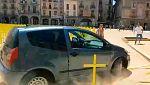 Un coche arrolla cruces amarillas por los presos en la plaza de Vic