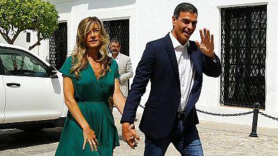 Abucheos a Pedro Sánchez a su llegada al Palacio de los Guzmanes