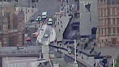 Impacto de un vehículo sospechoso de terrorismo contra las barreras protectoras del Parlamento británico