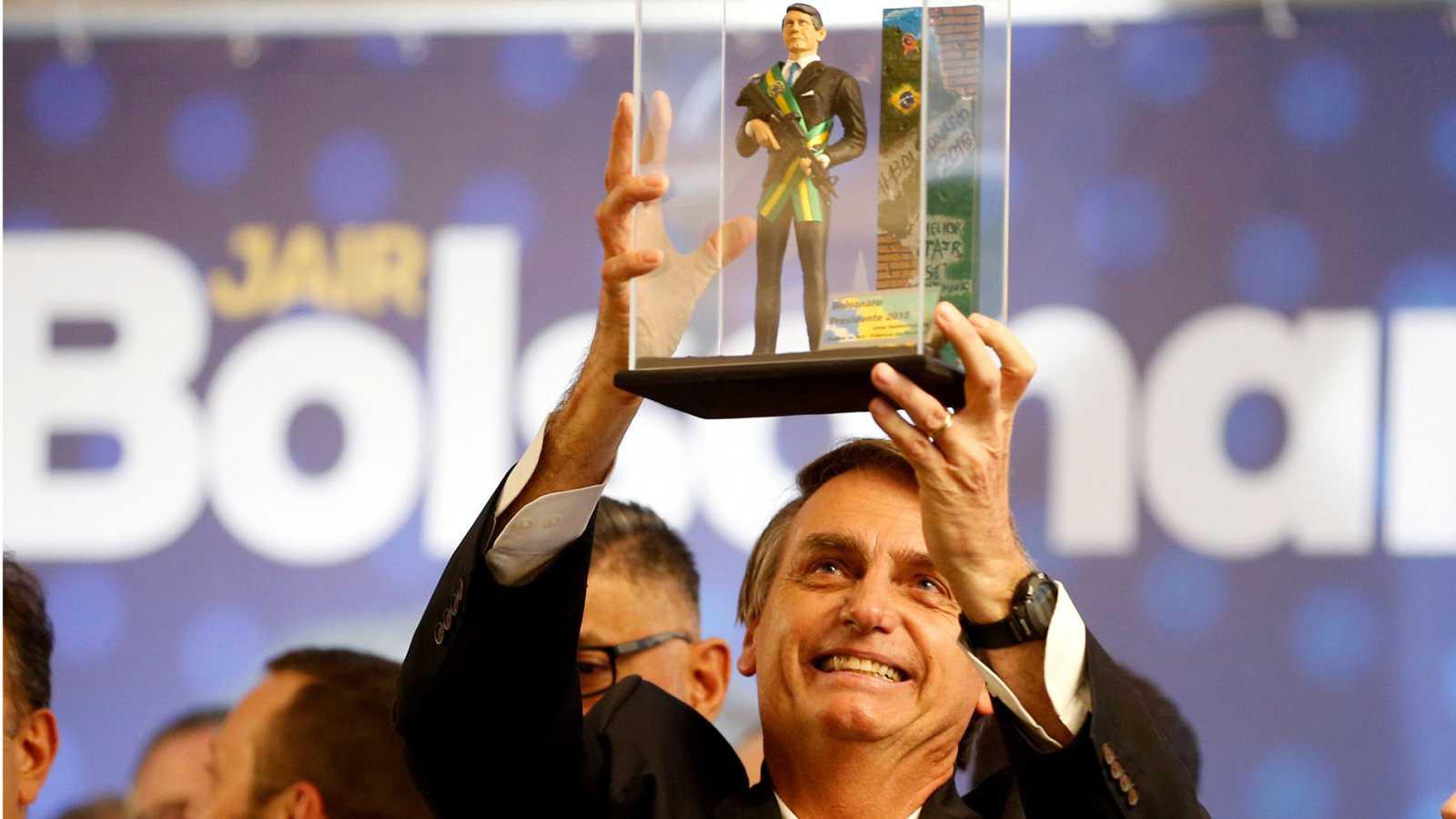 El ultraderechista Bolsonaro lidera los sondeos a dos días de las elecciones en Brasil
