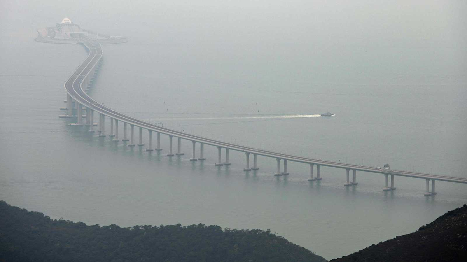 China inaugura el mayor viaducto sobre el mar del mundo, que la une con Macao y Hong Kong