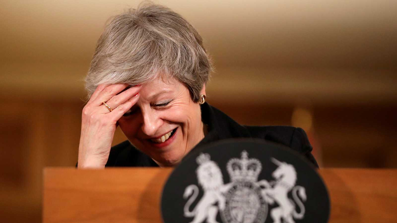 May sortea la rebelión en su Gobierno y defenderá el 'Brexit' hasta el final