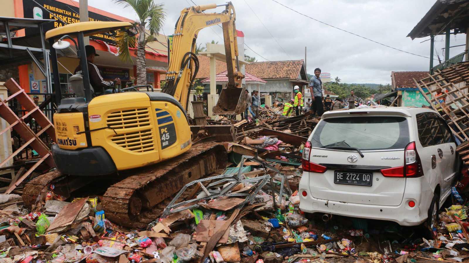 Tsunami en Indonesia entre las islas de Java y Sumatra - ver ahora