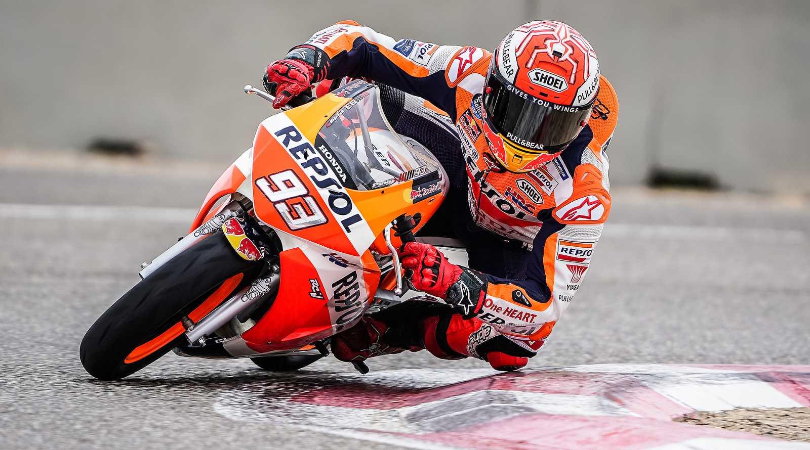 Márquez rueda en una minimoto antes de los test de Sepang