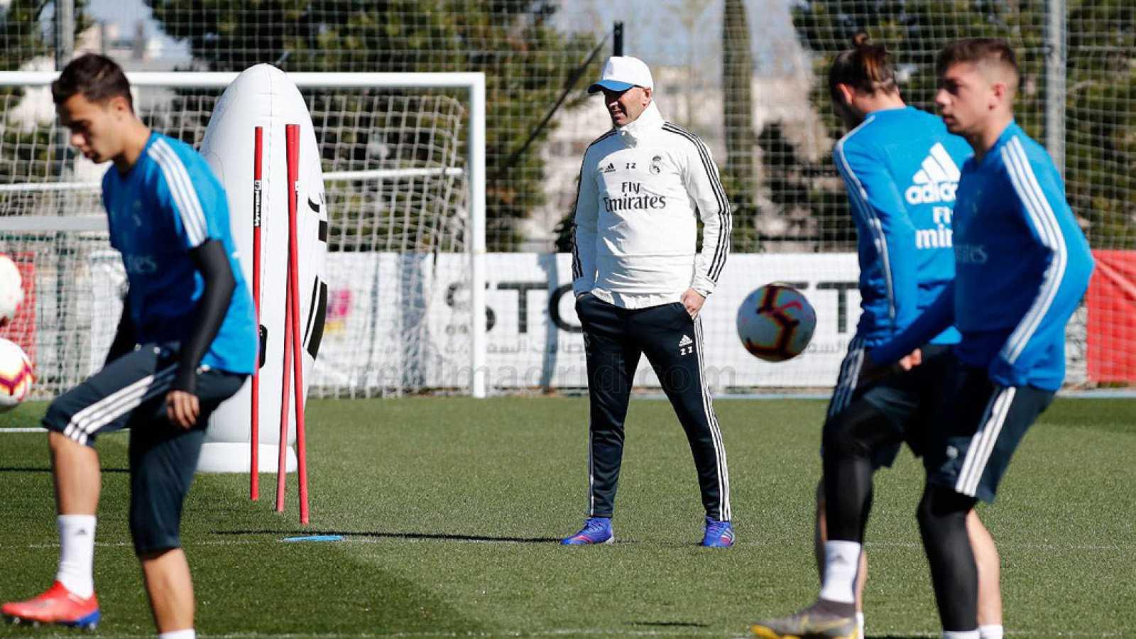 Para todos los públicos reproducir video 00.35 min. Zidane ha dirigido su primer  entrenamiento ... e7d68bc66f4da