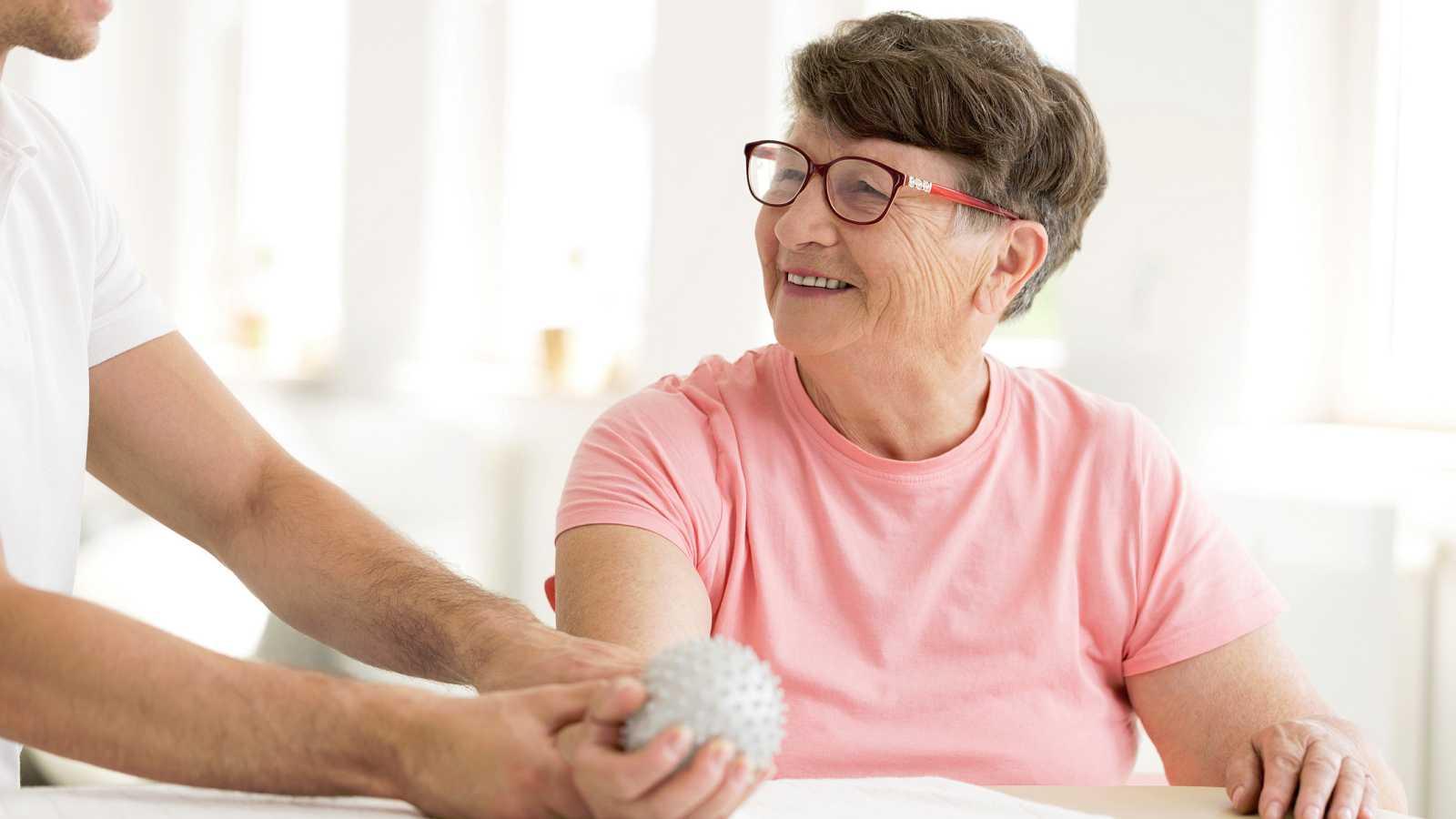 En el Día Mundial de la Esclerosis Múltiple, se recuerda que 55.000 personas sufren esta enfermedad en España. Fatiga, falta de equilibrio y de fuerza, alteraciones en la visión y en el control de esfínteres son algunos de los síntomas a los que esto