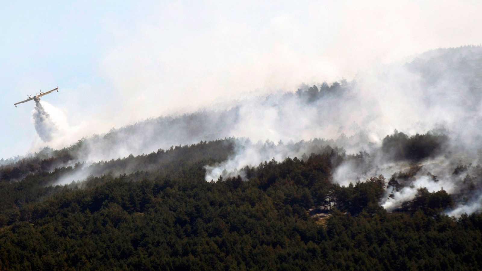 Los Servicios De Emergencia Trabajan Para Frenar El Incendio De La Granja Y Estabilizan El De Miraflores
