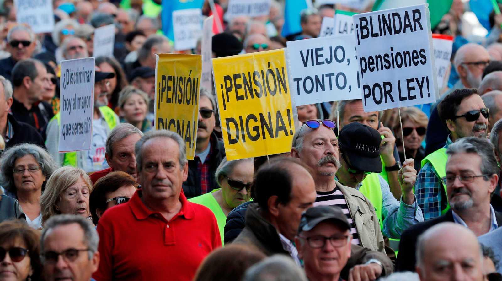 Resultado de imagen de jubilados de toda España se manifiestan frente al Congreso para exigir pensiones dignas
