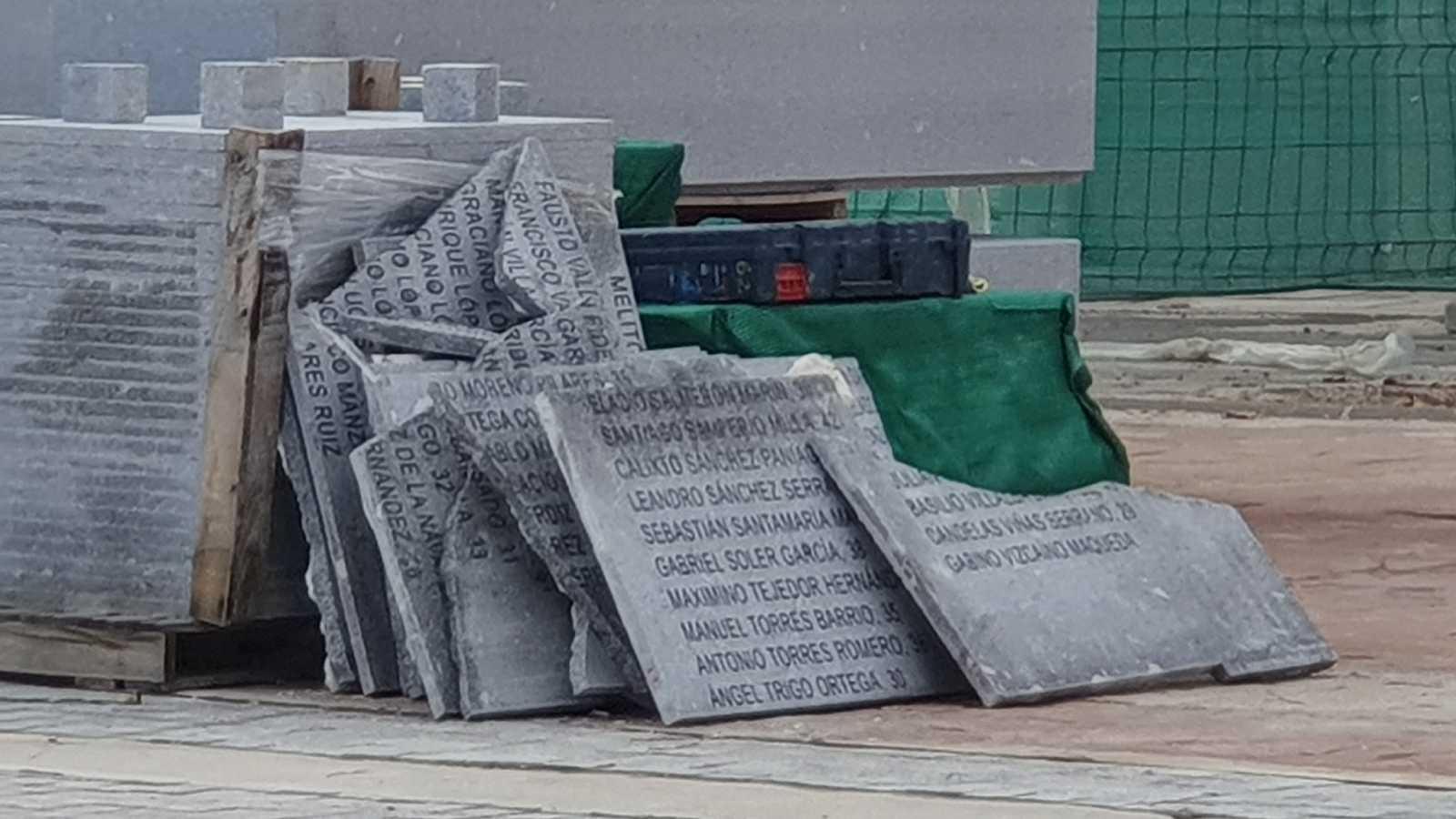 Denuncian al Ayuntamiento de Madrid por retirar placas de fusilados por el franquismo del cementerio de La Almudena