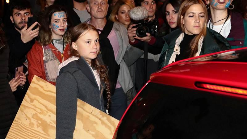 """Greta Thunberg abandona, entre aplausos, la """"Marcha del Clima"""" en un vehículo eléctricopor recomendación de las fuerzas de seguridad, ante la imposibilidad de avanzar a pie debido a la masiva afluencia de personas. La joven acudirá directamente a Nu"""