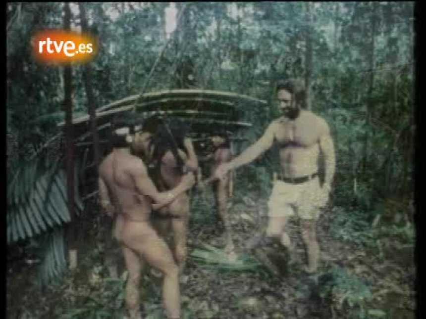 De la Quadra-Salcedo con los indios huaoranis (aucas) en 1977