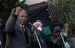 Mundo 24H - Nelson Mandela abandona la cárcel de Victor Verster el 11 de febrero de 1990