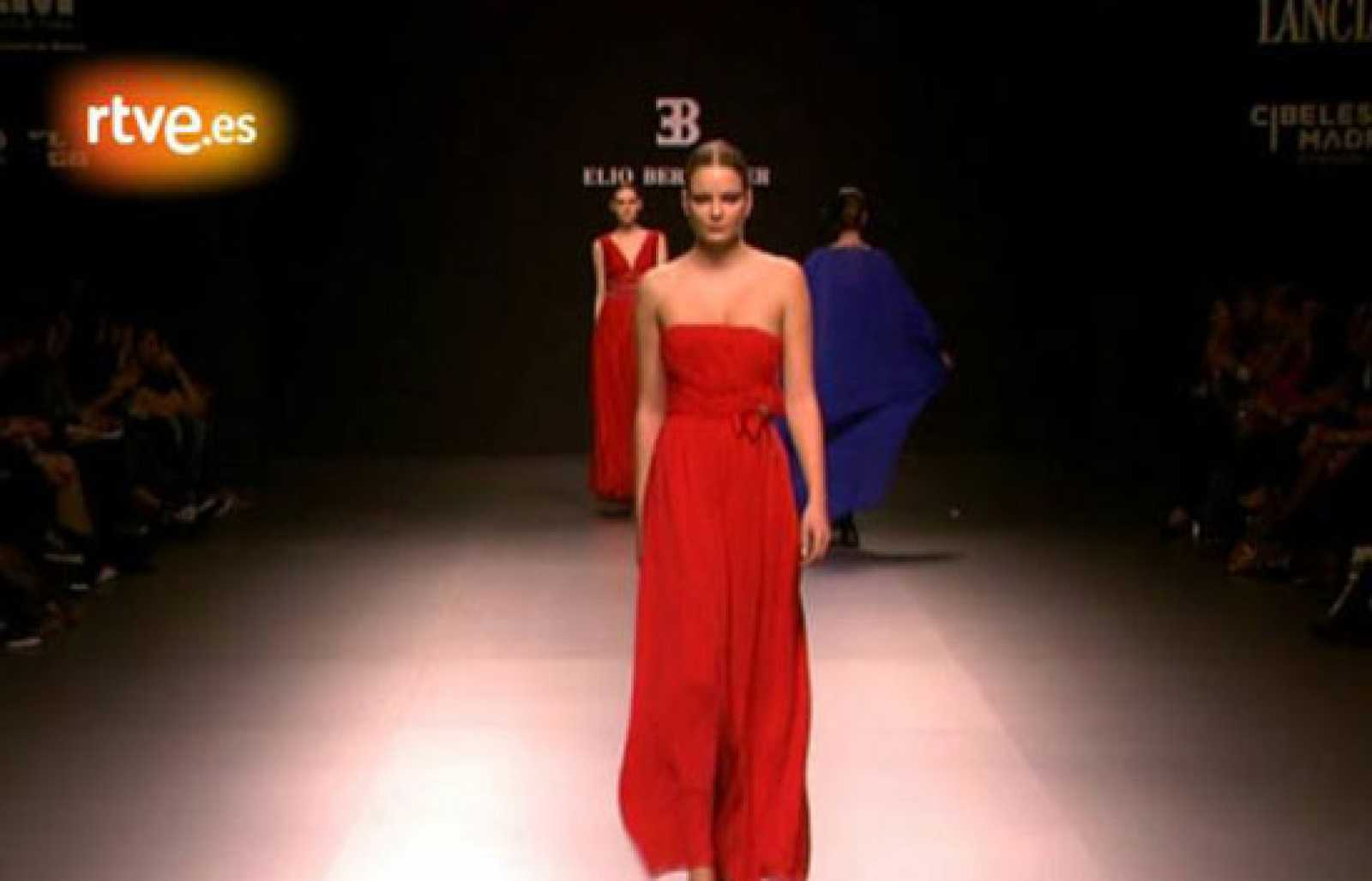 1cbdcacbc Desfile de Elio Berhanyer en la Cibeles Madrid Fashion Week reproducir video