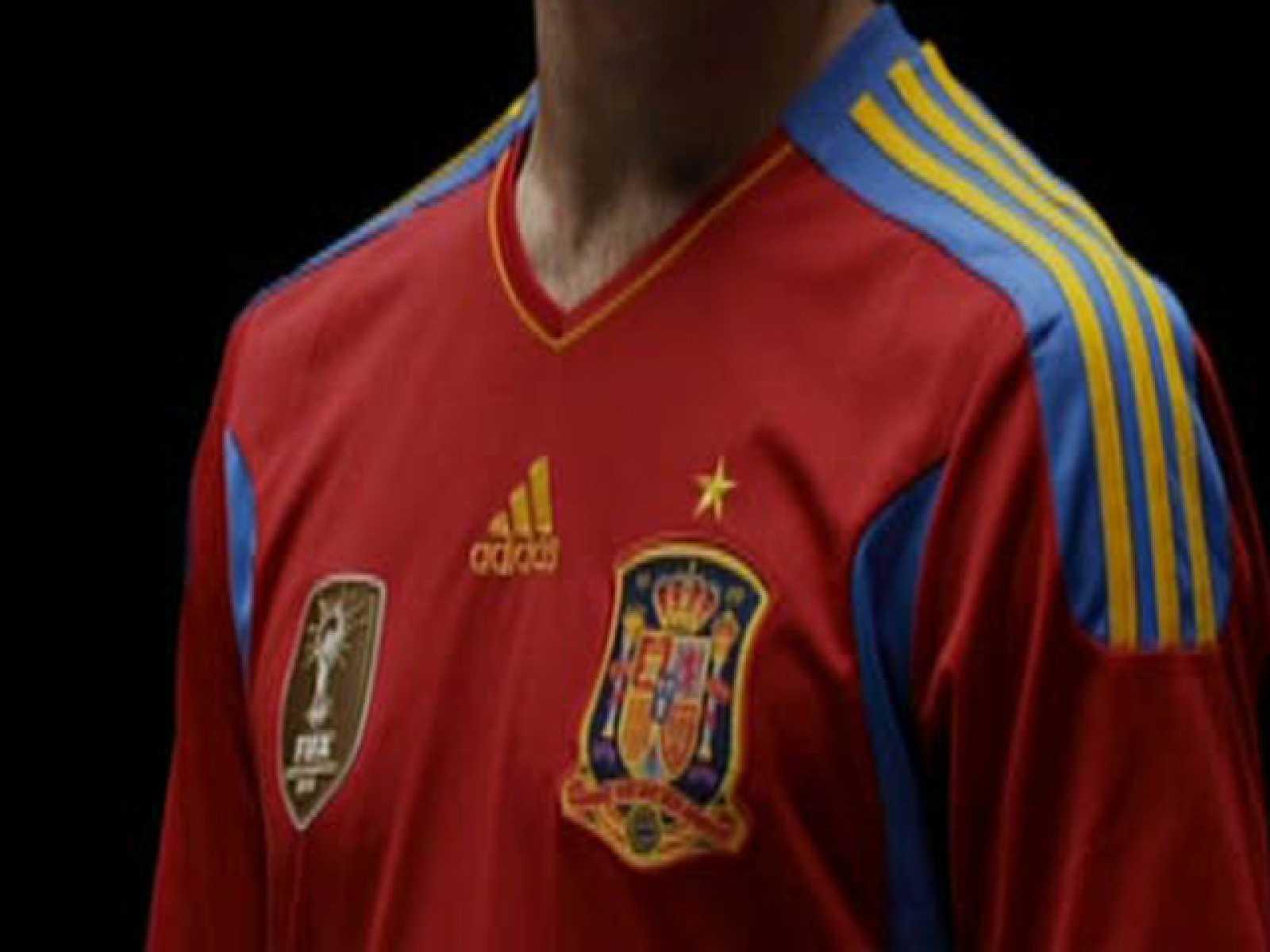 Para todos los públicos La selección española estrenará este miércoles la nueva  camiseta que incluye la estrella dorada sobre el reproducir video 7a6b37f0ec7fe